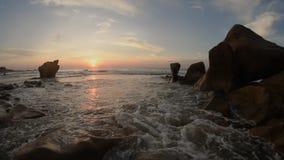 Salida del sol de la playa rocosa almacen de metraje de vídeo