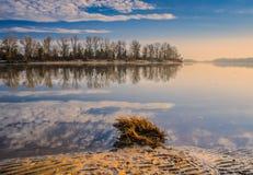 Salida del sol de la primavera sobre el río foto de archivo