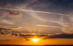 Salida del sol de la puesta del sol con las nubes, los rayos ligeros y la otra e atmosférica Imagen de archivo