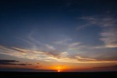 Salida del sol de la puesta del sol con las nubes, los rayos ligeros y la otra e atmosférica Fotos de archivo