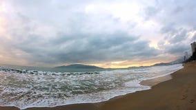 Salida del sol de la puesta del sol del mar del océano Un tiro escénico hermoso del sol que sube sobre el océano Una vista serena metrajes