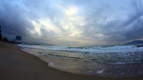 Salida del sol de la puesta del sol del mar del océano Un tiro escénico hermoso del sol que sube sobre el océano Una vista serena almacen de video