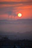 Salida del sol de la puesta del sol en ciudad Foto de archivo libre de regalías