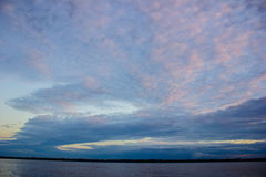 Salida del sol de la puesta del sol en la selva del río Amazonas Fotografía de archivo libre de regalías