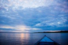 Salida del sol de la puesta del sol en la selva del río Amazonas Imagen de archivo libre de regalías