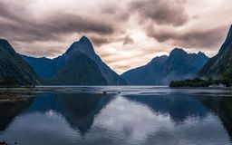 Salida del sol de la reflexión de NUEVA ZELANDA Milford Sound fotografía de archivo libre de regalías