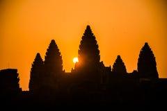Salida del sol de la silueta de Angkor Wat. Religión, tradición, cultura. Camboya. Foto de archivo libre de regalías