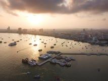 Salida del sol de la visión aérea en la playa de Pattaya en Tailandia fotografía de archivo libre de regalías