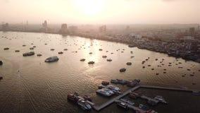 Salida del sol de la visión aérea en la playa de Pattaya en Tailandia metrajes
