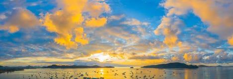 salida del sol de la visión aérea sobre el embarcadero de Chalong fotos de archivo libres de regalías
