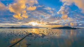 salida del sol de la visión aérea sobre el embarcadero de Chalong fotos de archivo