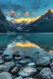 Salida del sol de Lake Louise Foto de archivo libre de regalías