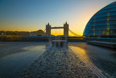 Salida del sol de Londres del puente de la torre Imágenes de archivo libres de regalías