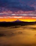 Salida del sol de niebla colorida sobre Sandy River Valley en Oregon Imágenes de archivo libres de regalías