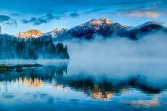 Salida del sol de niebla en el lago pyramid en el jaspe, Alberta, Canadá Fotos de archivo