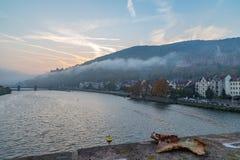 Salida del sol de niebla en Heidelberg fotografía de archivo