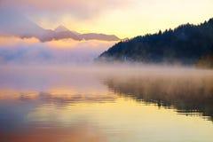 Salida del sol de niebla hermosa el lago sangrado el otoño Foto de archivo libre de regalías