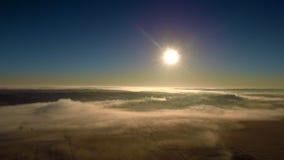 Salida del sol de niebla sobre el campo almacen de metraje de vídeo