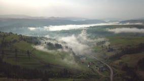 Salida del sol de niebla del verano en monta?as Niebla de la primavera sobre pueblos almacen de metraje de vídeo