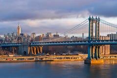 Salida del sol de Nueva York en el puente de Mahattan Foto de archivo libre de regalías