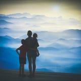 Salida del sol de observación de la familia sobre el valle de la montaña Pocilga de Instagram imágenes de archivo libres de regalías