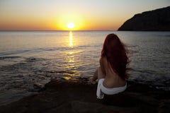 Salida del sol de observación de la mujer descubierta Foto de archivo libre de regalías