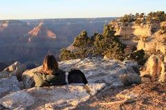 Salida del sol de observación del Backpacker sobre la barranca magnífica Imagen de archivo