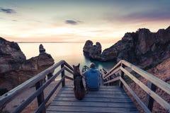 Salida del sol de observación de la pasión por los viajes de los mejores amigos en la playa Imagenes de archivo