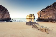 Salida del sol de observación de la pasión por los viajes de los mejores amigos en la playa Fotos de archivo libres de regalías