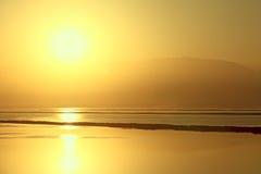 Salida del sol de oro del mar muerto Imagen de archivo libre de regalías