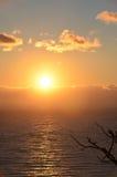 Salida del sol de oro en el mar Foto de archivo