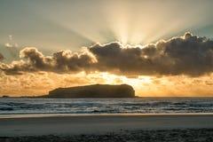 Salida del sol de oro en la playa Imagenes de archivo