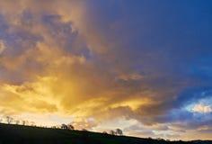 Salida del sol de oro sobre el campo Galés Imagenes de archivo