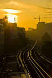 Salida del sol de oro sobre el puerto de Hamburgo fotografía de archivo