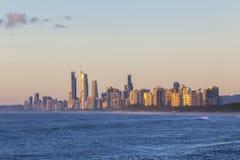 Salida del sol de oro sobre Gold Coast Imágenes de archivo libres de regalías