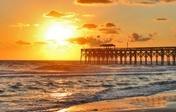 Salida del sol de oro sobre la playa Fotos de archivo libres de regalías