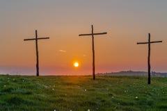 Salida del sol de Pascua en cruces o el crucifijo Foto de archivo