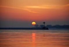 Salida del sol del invierno en el lago Michigan Imagenes de archivo