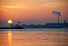 Salida del sol del invierno en el lago Michigan fotografía de archivo libre de regalías