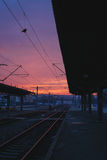 Salida del sol del invierno en la estación de tren imagenes de archivo