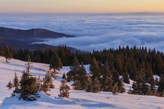 Salida del sol del invierno en las montañas imagen de archivo libre de regalías