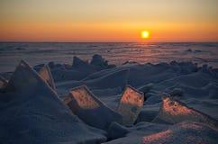 Salida del sol del invierno en un lago congelado Fotos de archivo libres de regalías