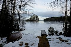 Salida del sol del invierno por el lago Imagen de archivo