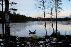 Salida del sol del invierno por el lago Foto de archivo
