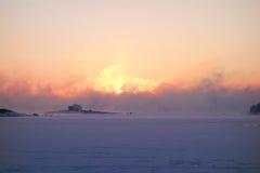 Salida del sol del invierno por el mar Báltico Fotos de archivo
