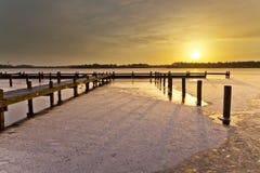 Salida del sol del invierno sobre el lago fotos de archivo libres de regalías