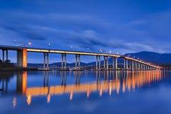 Salida del sol del lado del puente de Tasman de par en par fotos de archivo