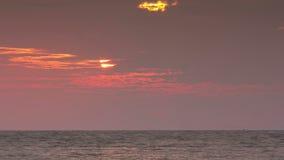 Salida del sol del lapso de tiempo sobre el mar de Andaman metrajes