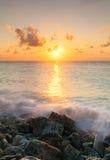 Salida del sol del mar con resaca Imágenes de archivo libres de regalías