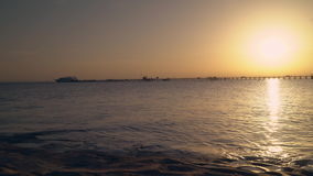 Salida del sol del Mar Rojo de detrás el horizonte metrajes
